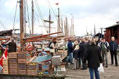 Markttreiben im Flensburger Museumshafen (Foto: Flensburg Fjord Tourismus)